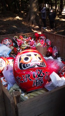 Last year`s DARUMA DOLLS returned to the Iina Shrine for proper disposal