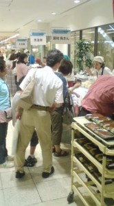Crowds gathering round the eel vendors at a department store on the Doyo no Ushi day