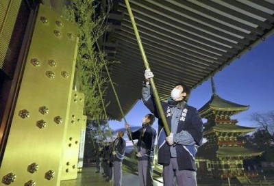 SUZU HARAI ceremony at Narita`s Shinshoji Temple is held on December 13th (photo from the Yomiuri Newspaper)