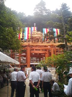 As I walked through the gate leading to the Fumon-Ji Temple, I found this impressive structural frame for the new main hall- all decked out in banners and special amulets for the Jo-to-Shiki (Aug. 11, 2013)