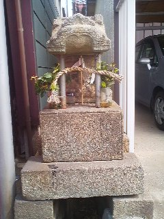 Small shrines for protecting commerce along the main commercail street