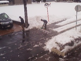 Since snow accumulation is rare in Tsukuba the city has no snow-plows. We clear the neighborhood ourselves.