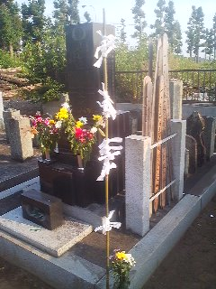 Grave with offerings in Teshirogi, Tsukuba (September 23, 2014)