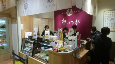 A wildly successful yaki imo shop founded in Kasumigaura City now has two branches in Tsukuba. This smaller one is at the Qt Shopping Mall near the TX Terminal station.