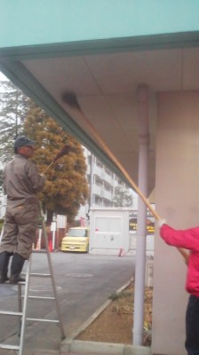 A traditional SUZUHARAI under-the-eaves cleaning at the Matsushiro Shopping Center Koban (police-box)- December 15th 2014