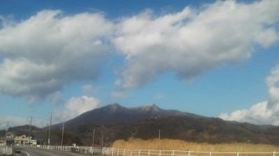 As I approached the cliff upon which the MAGAI BUTSU is carved, there was a thin coating of snow  covering Mt. Tsukuba`s twin peaks (January 28th 2015)