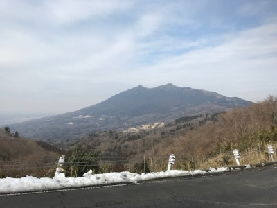 Remnants of a recent snowfall line a road overlooking Mt> Tsukuba`s twin peaks (February 10, 2018) Photo by Shuji