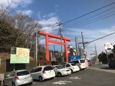 A large torii gate (which can be seen from down on the plain below) that marks the entrance to the commercial street l(lined with hotels and souvenir shops) leading up to the Mt. Tsukuba Shrine. Photo by Shuji