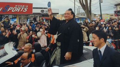 A jubilant crowd endured long waits on a cold and gloomy day for a chance to catch a glimpse of and cheer on Kisenosato.