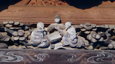 Carvings of Go players on the main hall of the To-fuku ji Temple.