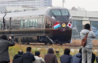 Much to the delight of Japan`s TECHAN (railroad fanatics) the Imperial Train (Omeshi Resha) was brought out to carry the Emperor and Empress, along with Grand Duke of Luxembourg and his daughter to Tsuchiura Station (the Grand Duchess had to cancel her visit for health reasons)