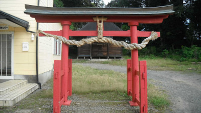 This RYOBU-STYLE torii gate, identified by its red color, two supporting legs for each of the two main pillars and the roof-like element running across the type show that there was once a deep connection with Shingon Esoteric Buddhism (in this case the now defunct and gone without a trace Yo-fukuji .